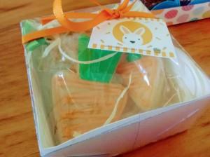 2 biscoitos decorados, caixa de acetato, fita de cetim e tag